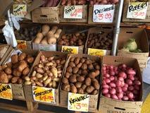 Varietà della patata che vendono alla stalla del mercato Immagini Stock