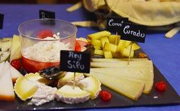 Varietà della tavola del formaggio di formaggi Fotografie Stock