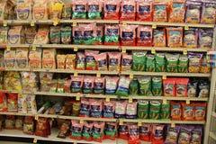 Varietà delle patatine fritte e patatine fritte su uno scaffale di negozio fotografie stock libere da diritti