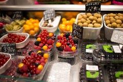 Varietà di bacche sul mercato di Barcelonas, Spagna Fotografia Stock
