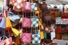 Varietà di borse su una stalla del mercato Fotografie Stock Libere da Diritti