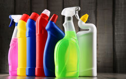 Varietà di bottiglie detergenti e di rifornimenti di pulizia chimica Fotografia Stock