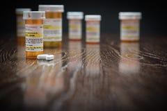 Varietà di bottiglie e di pillole Non private della medicina di prescrizione fotografie stock libere da diritti