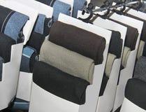 Varietà di calzini sui supporti in centro commerciale Fotografia Stock Libera da Diritti