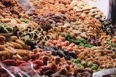 Varietà di dessert variopinto al mercato marocchino del souk Marrakesh, Marocco immagine stock