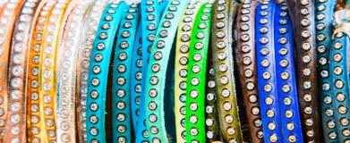 Varietà di fine variopinta vibrante di macro dei braccialetti su fotografie stock