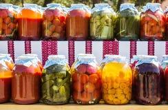 Varietà di frutta e di verdure conservate in barattoli Fotografia Stock
