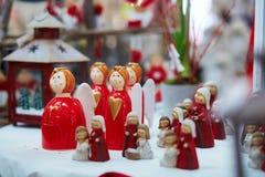 Varietà di giocattoli e di decorazioni sul mercato tradizionale di Natale a Strasburgo Fotografie Stock