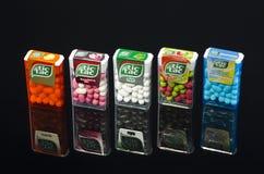 Varietà di gocce di tac di tic isolate su fondo scuro Fotografia Stock