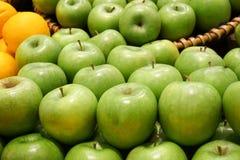 Varietà di merci nel carrello organiche delle mele sulla tavola di legno Fotografie Stock