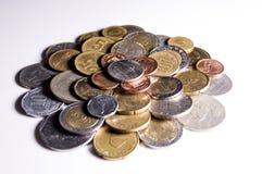 Varietà di monete ombreggiata | Fondo bianco Immagine Stock