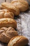 Varietà di pagnotte del pane su una tavola di legno bianca Fotografia Stock Libera da Diritti