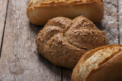 Varietà di pagnotte del pane su una tavola di legno bianca Immagini Stock Libere da Diritti