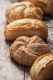Varietà di pagnotte del pane su una tavola di legno bianca Immagine Stock Libera da Diritti