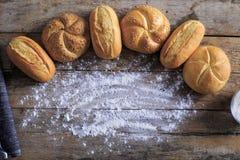 Varietà di pagnotte del pane su una tavola di legno bianca Fotografie Stock