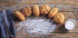 Varietà di pagnotte del pane su una tavola di legno bianca Immagini Stock