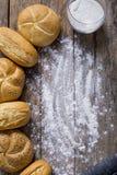 Varietà di pagnotte del pane su una tavola di legno bianca Fotografie Stock Libere da Diritti