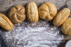 Varietà di pagnotte del pane su una tavola di legno bianca Fotografia Stock