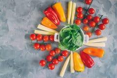 Varietà di peperoni e di spinaci organici freschi del cereale delle verdure del pomodoro in tazza bianca su bello fondo, vista su Fotografia Stock Libera da Diritti