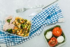 Varietà di piatti stanti a dieta puliti in contenitori Concetto pulito sano dell'alimento, fine su Carne di pollo con le verdure  immagine stock libera da diritti