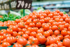 Varietà di pomodori in scatole nere in supermercato Fotografie Stock Libere da Diritti