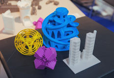 Varietà di prodotti di plastica fabbricati da stampa 3D immagine stock