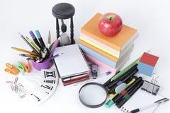 Varietà di rifornimenti di scuola variopinti su un fondo bianco Immagine Stock