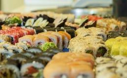 Varietà di rotoli di sushi giapponesi sulla tavola Fotografie Stock