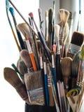Varietà di spazzole usate del pittore Immagine Stock
