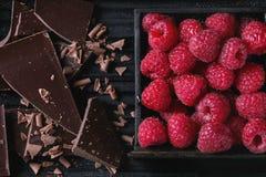 Varietà di spezzettamento del cioccolato a pezzi con i lamponi Fotografie Stock Libere da Diritti