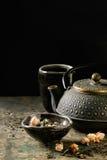 Varietà di tè asciutto con la teiera Fotografia Stock
