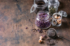 Varietà di tè asciutto con la teiera Immagine Stock