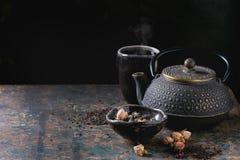 Varietà di tè asciutto con la teiera Fotografia Stock Libera da Diritti