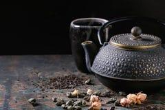 Varietà di tè asciutto con la teiera Immagine Stock Libera da Diritti
