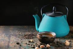 Varietà di tè asciutto con la teiera Fotografie Stock Libere da Diritti