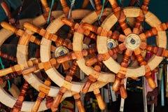 Varietà di volanti di legno tradizionali di vecchio stile per le navi fotografia stock libera da diritti