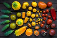 Varietà differenti di verdure il colore dei semafori - pomodori, cetrioli, peperoni, zucchini, vista superiore fotografie stock
