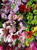 Varietà fresca attraente luminosa del taglio di mazzi del fiore su esposizione, 2018 Fotografie Stock
