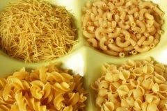 Varietà secca della pasta nelle forme in ciotola Immagini Stock Libere da Diritti