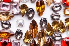 Varietà variopinta delle pietre preziose su fondo bianco Fotografia Stock Libera da Diritti