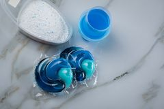 Variet? blu di specie del detersivo di lavanderia in polvere, gel liquido e baccello nel lavare dose immagine stock