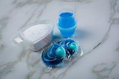 Variet? blu di specie del detersivo di lavanderia in polvere, gel liquido e baccello nel lavare dose fotografia stock