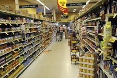 Variet des épiceries dans une section dans une épicerie photo stock
