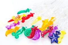Varillas de cóctel plásticas coloridas en el fondo blanco imágenes de archivo libres de regalías