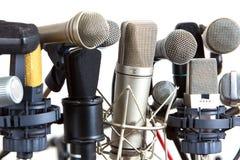 Vario clase de micrófonos de la reunión de la conferencia en blanco Imágenes de archivo libres de regalías