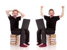 Vario computer portatile del bambino in giovane età di pose Immagine Stock