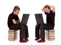 Vario computer portatile del bambino in giovane età di pose Immagini Stock