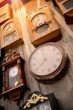 Vario degli orologi di parete d'annata Fotografia Stock