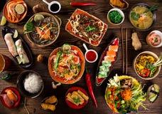 Vario dei pasti asiatici su fondo rustico, vista superiore, posto per testo immagine stock libera da diritti