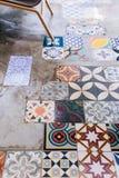 Vario delle mattonelle del quadrato del pavimento di colore e del tipo con il pavimento di calcestruzzo Fotografie Stock